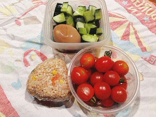 ツナとコーンの玄米おにぎり 煮卵と夏野菜