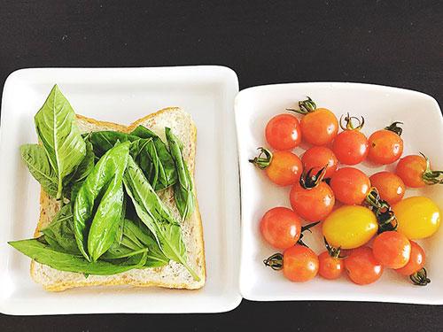 【朝ごはん】玄米パン(バジル)、朝採れトマト