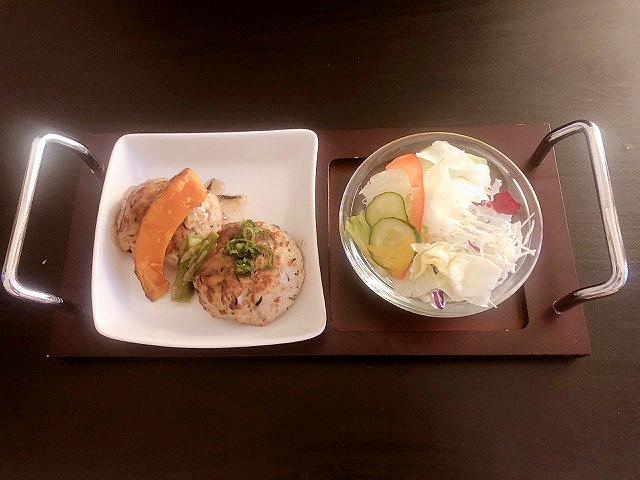 遅めの夕食に!豆腐ハンバーグとサラダ